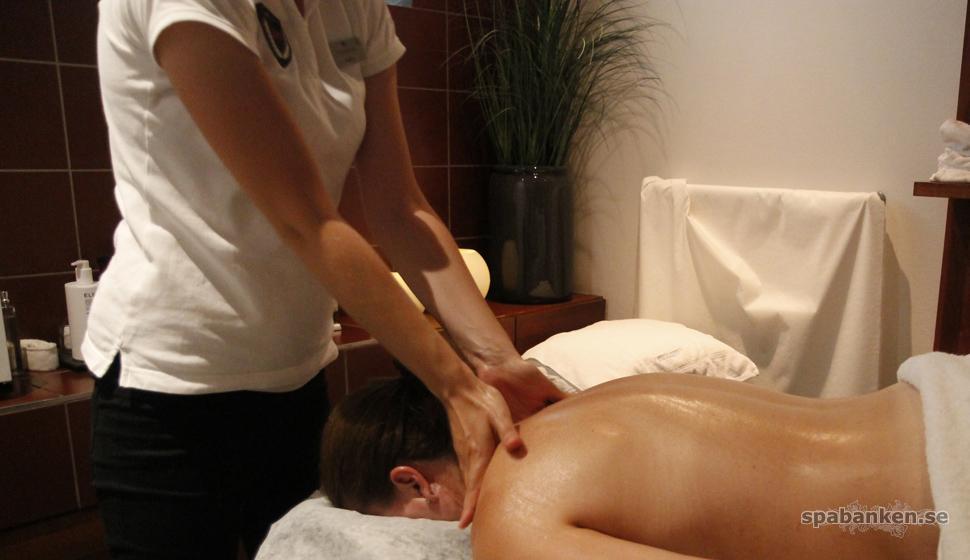Massage med Elemis rosdoftande balm på Torekov Hotell.