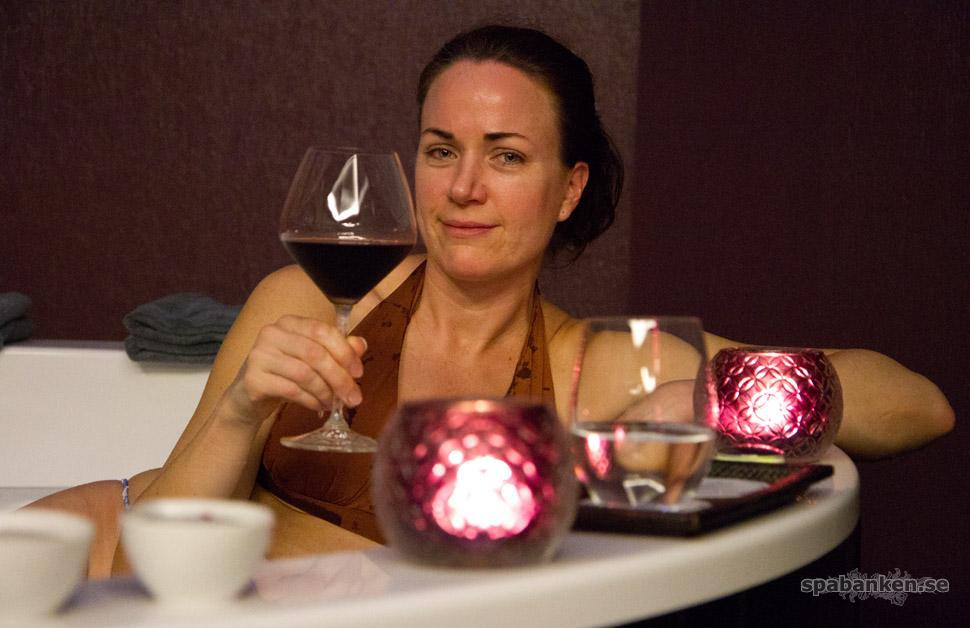 Heidi i badet på The Vine med ett glas vin.