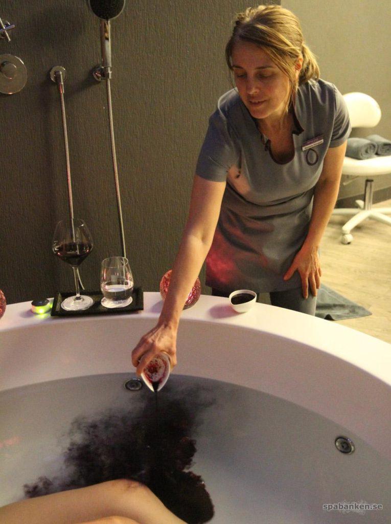 Terapeut häller vin i badet på The Vine Hotel på Madeira